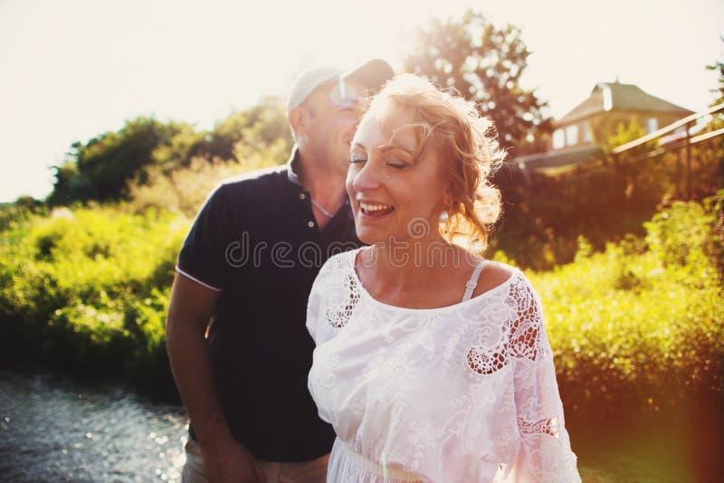 Paar in liefde openlucht stock afbeelding