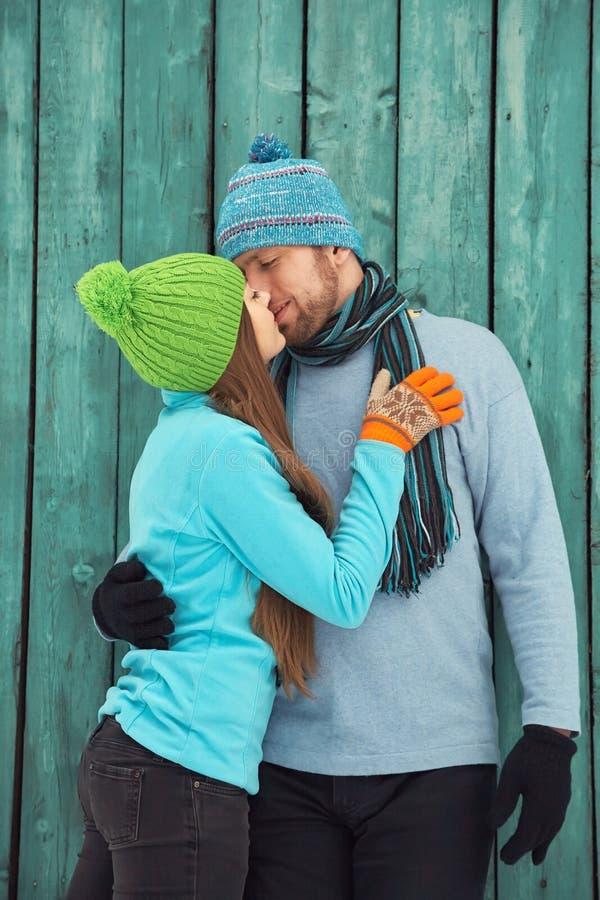 Paar in liefde in openlucht in de winter stock foto's