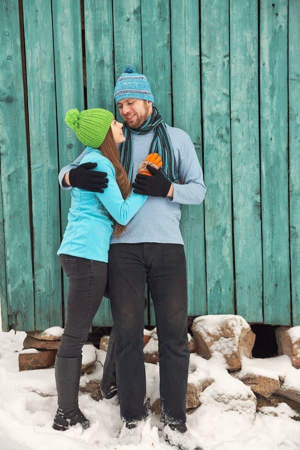 Paar in liefde in openlucht in de winter stock afbeeldingen