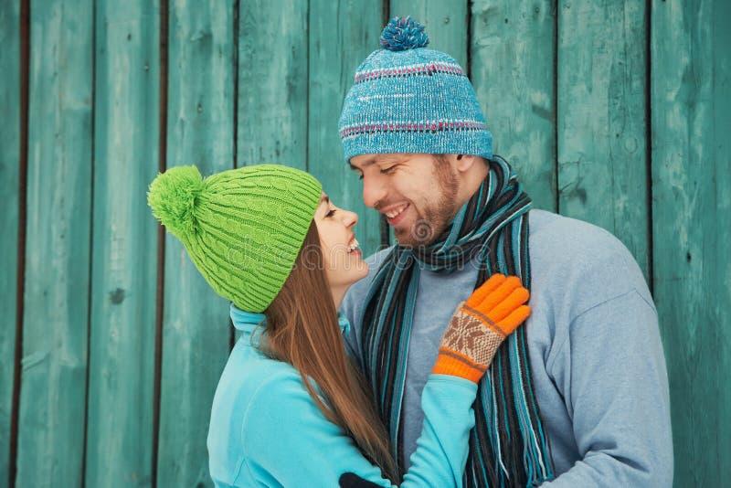 Paar in liefde in openlucht in de winter royalty-vrije stock afbeeldingen