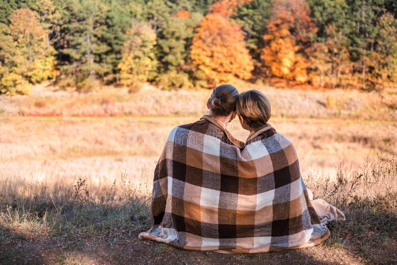 Paar in liefde in plaid in openlucht wordt verpakt die stock foto's