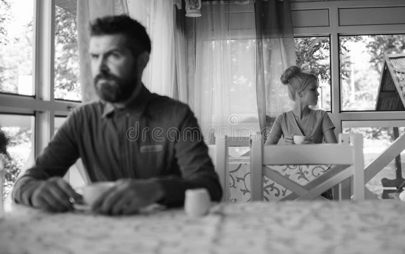 Paar in liefde Vrouw met ernstig die gezicht over datum wordt teleurgesteld, royalty-vrije stock afbeelding