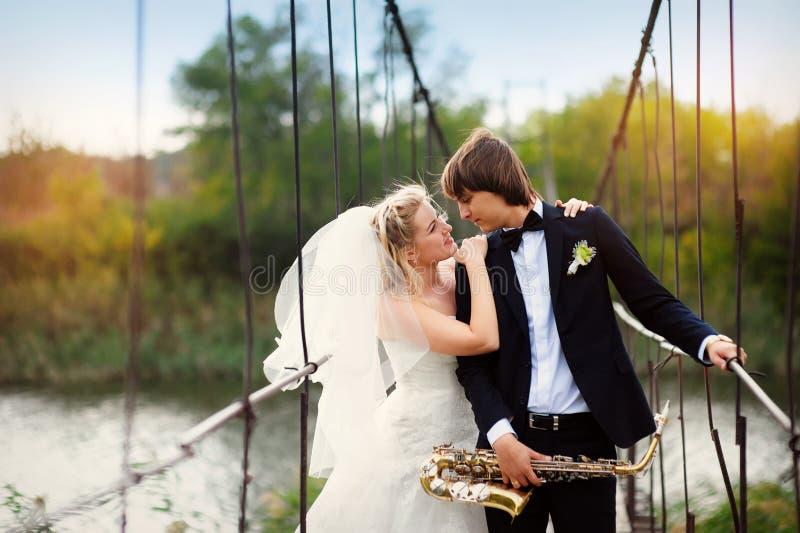 Paar in liefdebruid en bruidegom op hun huwelijksdag stock foto's
