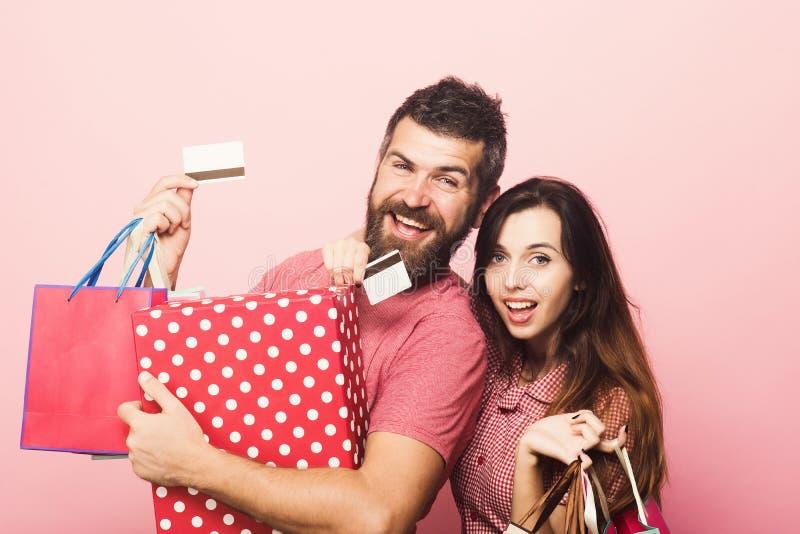 Paar in liefdeomhelzingen die grote doos en het winkelen zakken houden royalty-vrije stock afbeelding