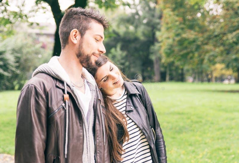 Paar lopen gelukkig in het park royalty-vrije stock foto