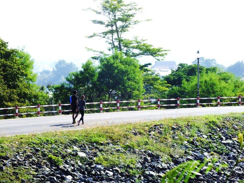 Paar lopen samen openlucht in het platteland stock foto's
