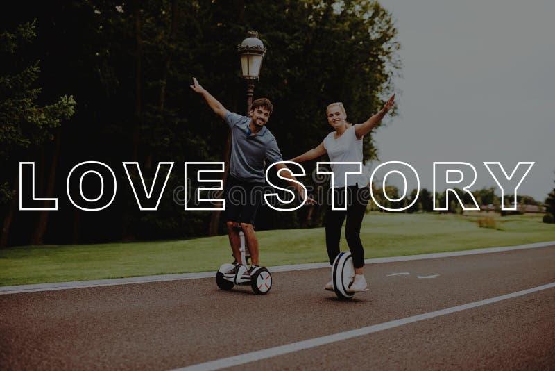 Paar Love Story De jongeren houdt apart Wapens stock fotografie
