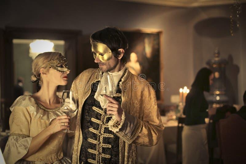 Paar in masker bij een partij stock fotografie