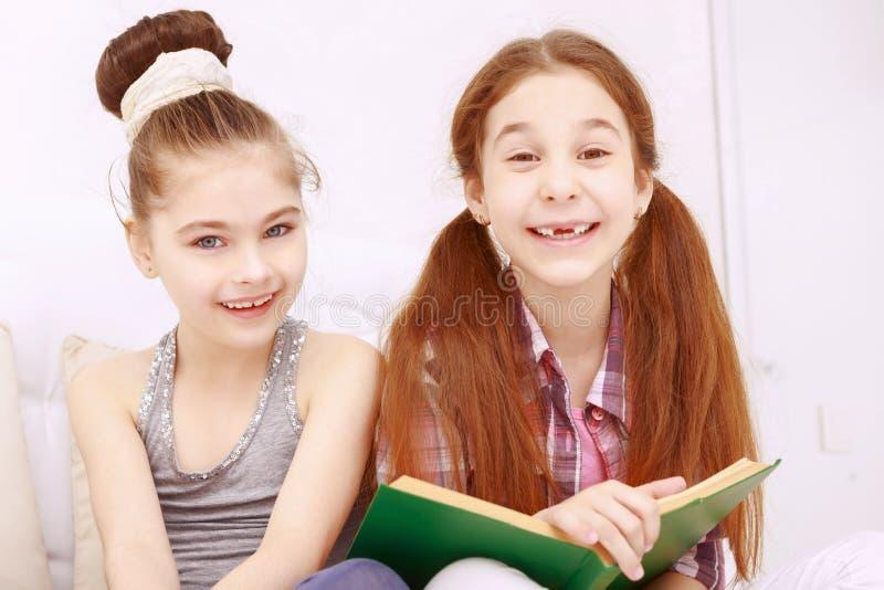 Paar meisjes die boek lezen royalty-vrije stock afbeelding
