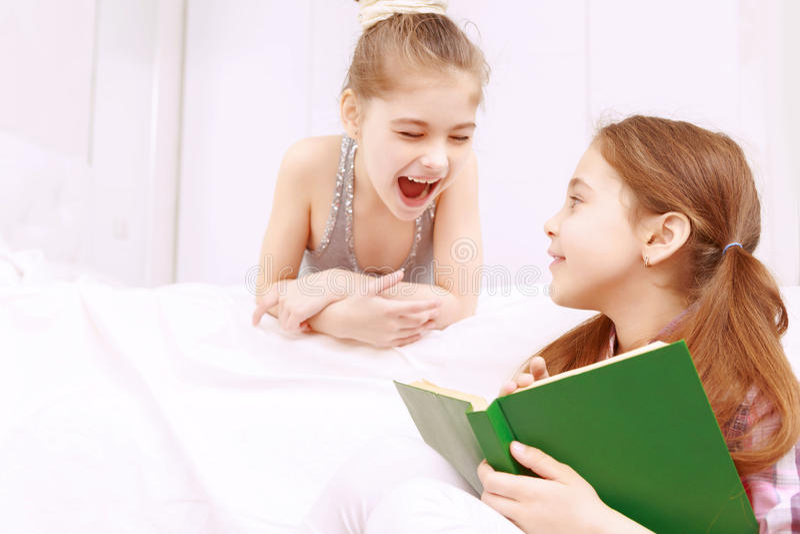 Paar meisjes die boek lezen stock afbeelding