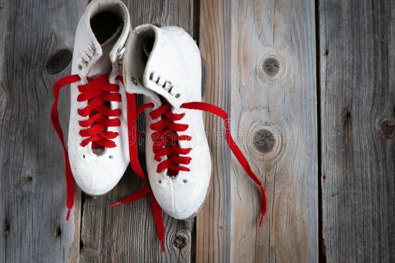Paar meisjeskunstschaatsen met rood kant royalty-vrije stock foto's