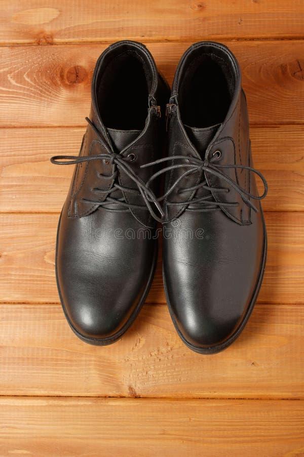 Paar mensen zwarte schoenen op houten vloer stock foto