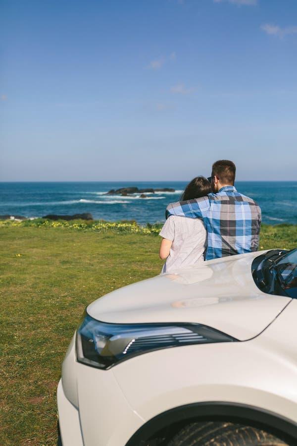 Paar met auto het letten op landschap royalty-vrije stock fotografie
