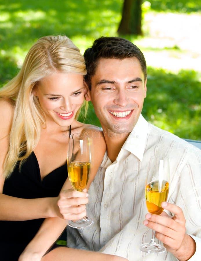 Paar met champagne stock foto's
