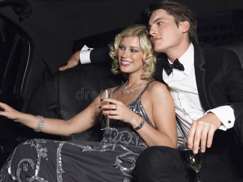 Paar met Champagne Flutes In Limousine stock afbeeldingen