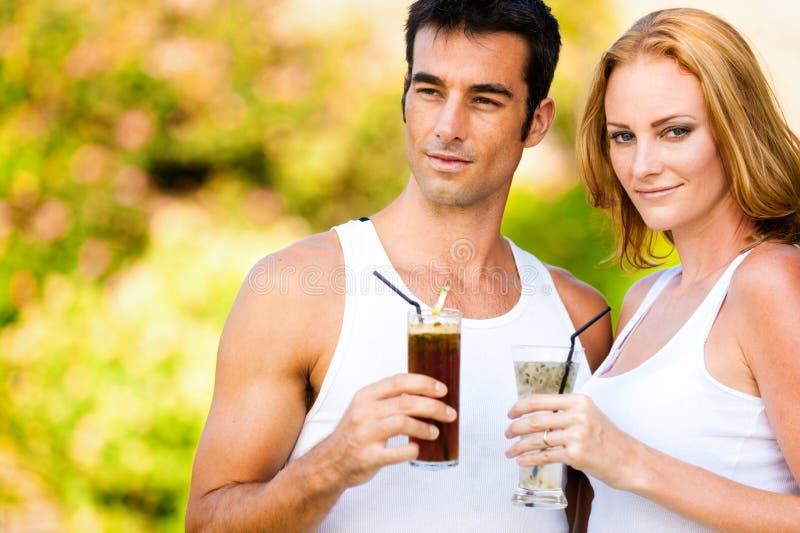 Paar met Cocktails stock afbeelding
