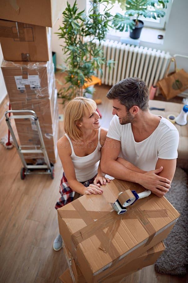 Paar met dozen - paar die zich in een nieuw huis bewegen royalty-vrije stock foto