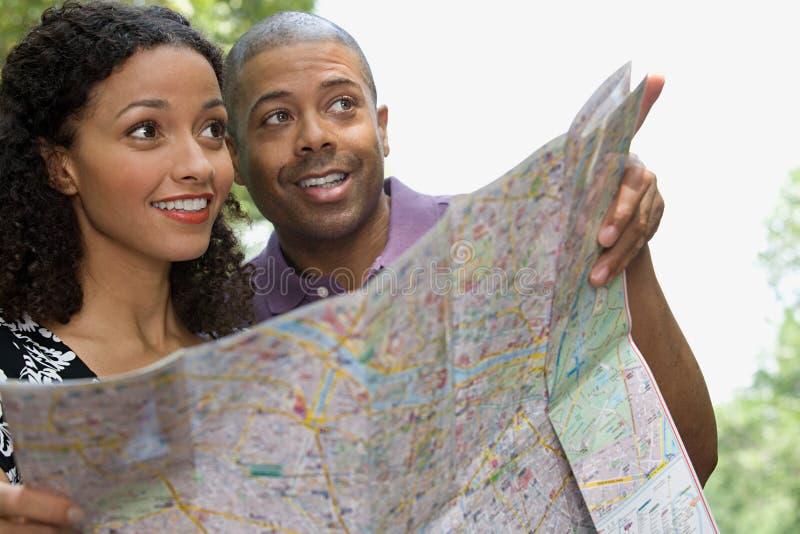 Paar met een kaart royalty-vrije stock foto