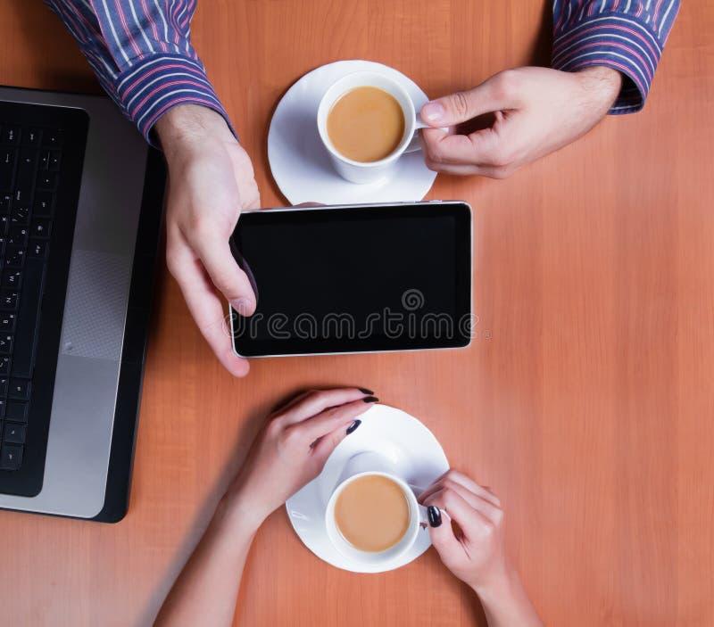 Paar met een kop nieuws van de koffielezing royalty-vrije stock afbeelding