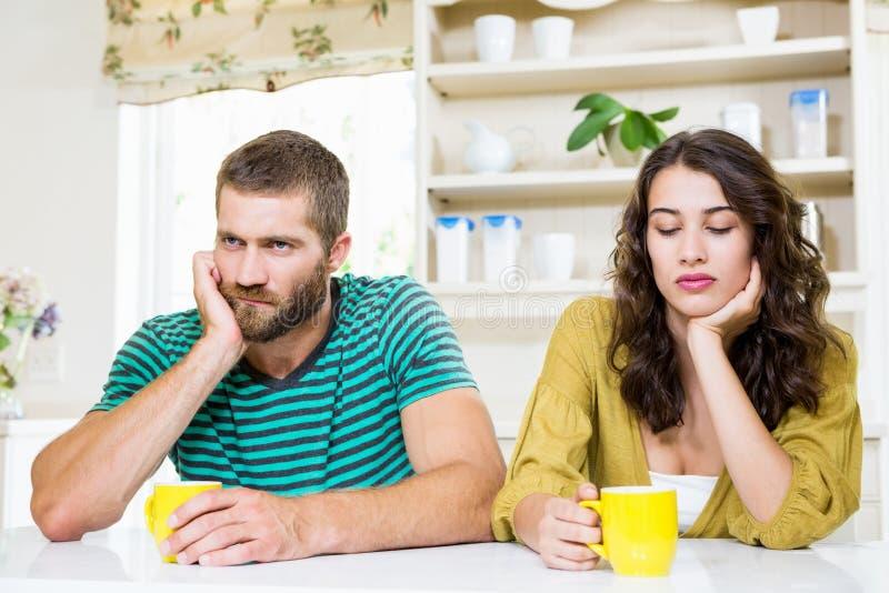 Paar met elkaar wordt verstoord die stock foto