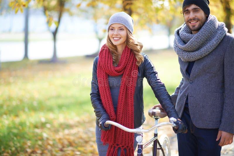 Paar met fiets stock foto's
