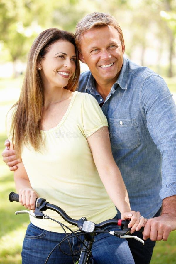 Paar met fiets in park royalty-vrije stock afbeeldingen