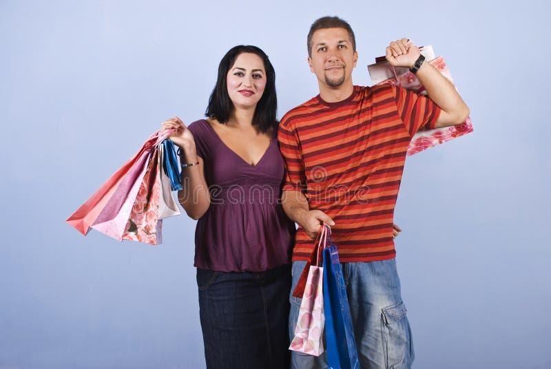 Paar met het winkelen zakken royalty-vrije stock fotografie