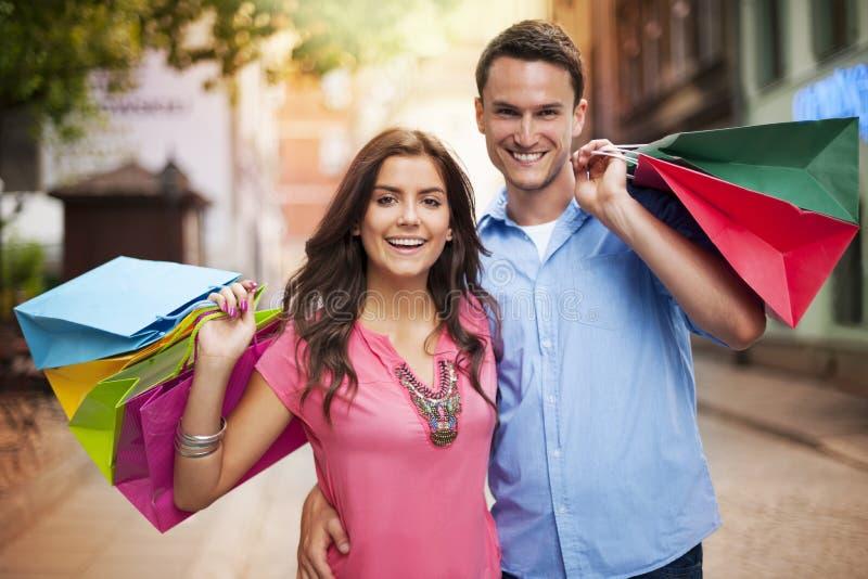 Paar met het winkelen zakken stock foto