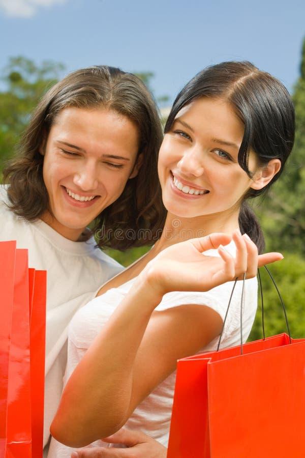 Paar met het winkelen zakken stock afbeelding