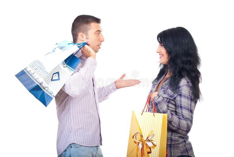 Paar met het winkelen zakken die gesprek hebben stock fotografie