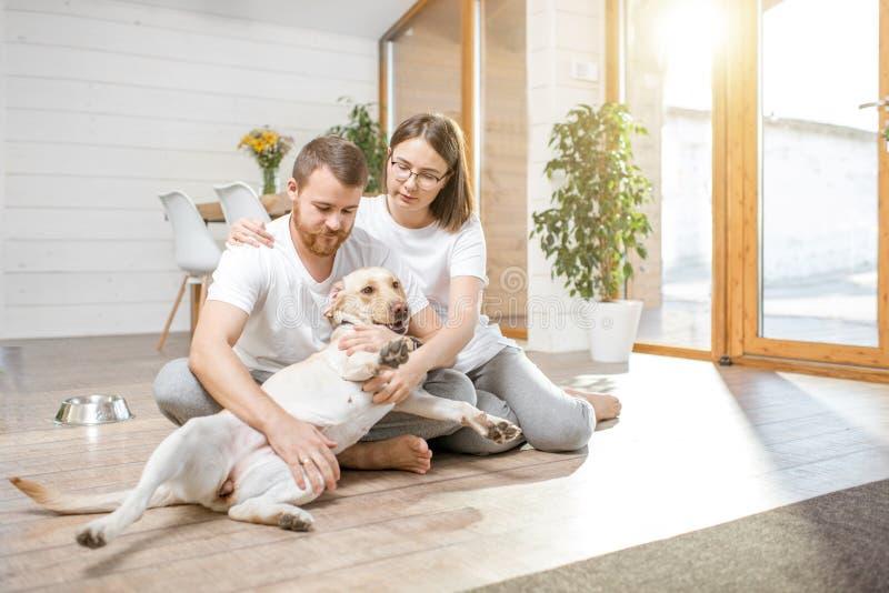 Paar met hond in het huis royalty-vrije stock afbeelding