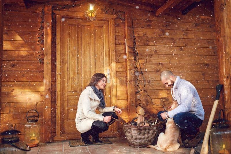 Paar met hond voor weekendhuis stock afbeelding