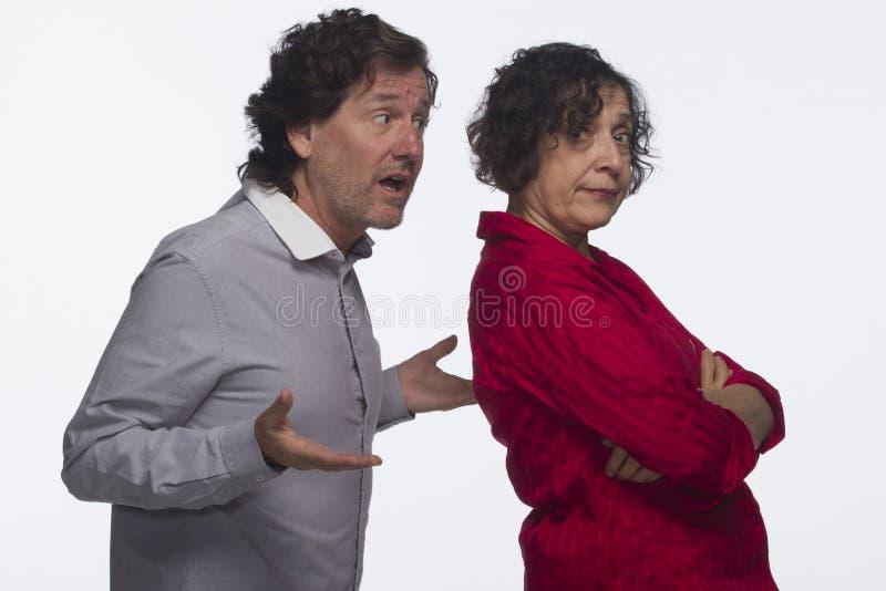 Paar met horizontaal elkaar wordt geërgerd die, stock afbeelding