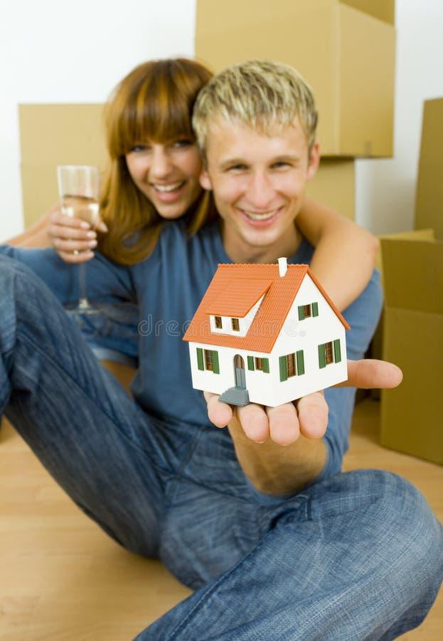 Paar met huisminiatuur stock afbeelding