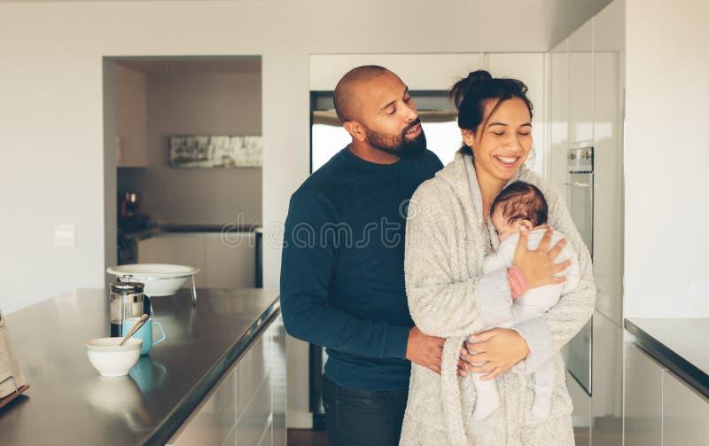 Paar met hun kleine babyjongen in keuken stock afbeeldingen