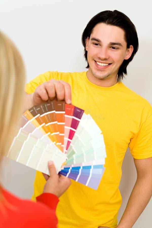 Paar met kleurensteekproeven stock afbeelding