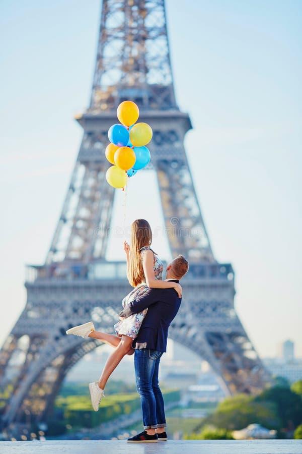 Paar met kleurrijke ballons dichtbij de toren van Eiffel royalty-vrije stock afbeeldingen