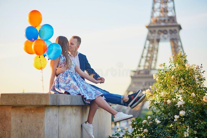 Paar met kleurrijke ballons dichtbij de toren van Eiffel stock afbeelding