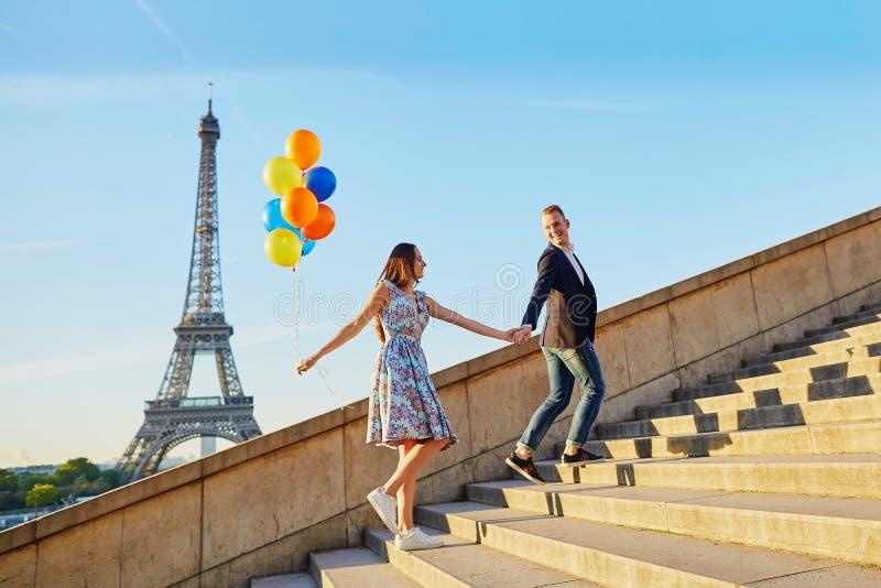 Paar met kleurrijke ballons dichtbij de toren van Eiffel stock foto's