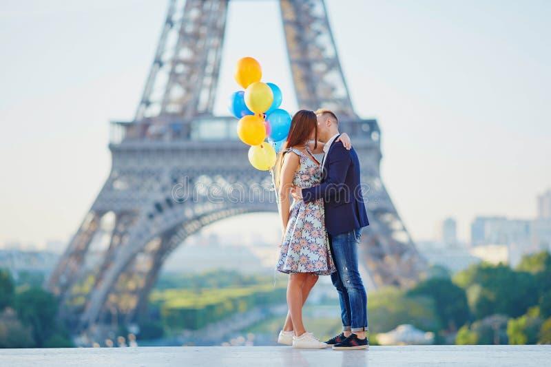 Paar met kleurrijke ballons dichtbij de toren van Eiffel royalty-vrije stock fotografie