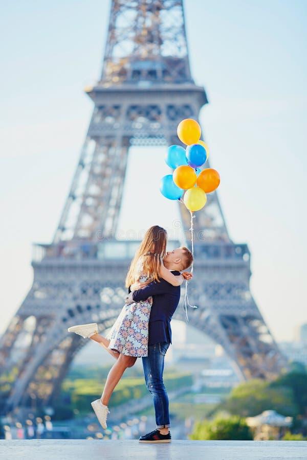 Paar met kleurrijke ballons dichtbij de toren van Eiffel stock foto