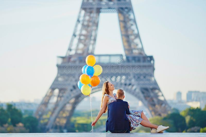 Paar met kleurrijke ballons dichtbij de toren van Eiffel royalty-vrije stock afbeelding