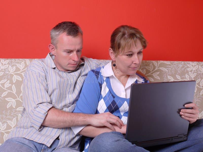 Paar met laptop stock foto