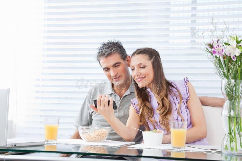 Paar met laptop en smartphone stock afbeeldingen