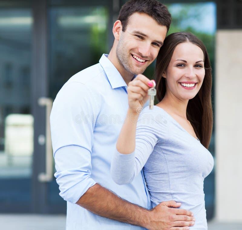 Paar met nieuw huissleutels royalty-vrije stock foto's