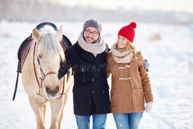 Paar met paard royalty-vrije stock fotografie