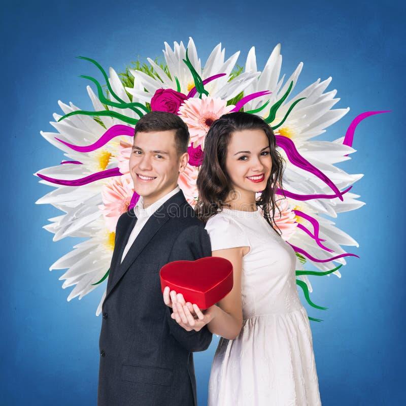 Paar met rode hart gevormde giftdoos royalty-vrije stock afbeelding