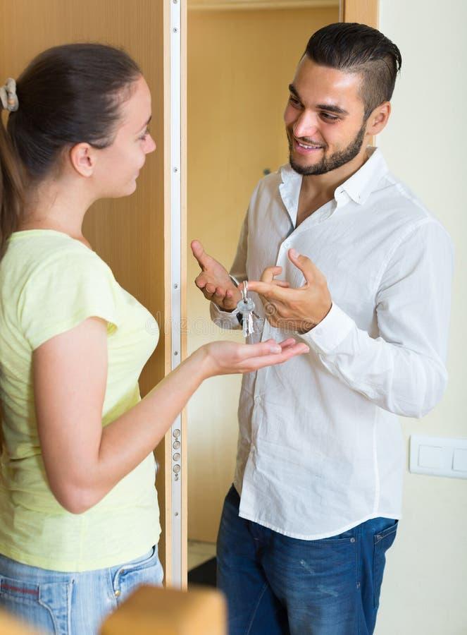 Paar met sleutels bij de deur royalty-vrije stock foto