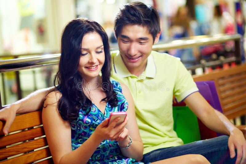 Paar met Smartphone royalty-vrije stock fotografie