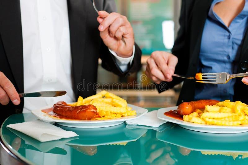 Paar met snack voor lunch stock afbeelding